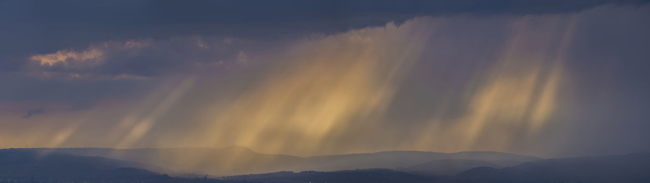 After the cold front (38,72 Mpx panorama) [Canon EF 300mm f/2.8 L IS II USM] Clouds Cold Front Landscape Light Beams Light Strips Mountains Panorama Sunbeams Sunlight Sunset
