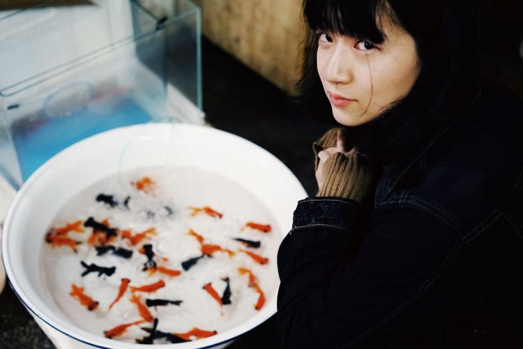 Portrait Of A Woman Portrait Market Goldfish Fish Water Bowl Washbowl Leisure Activity Real People One Person