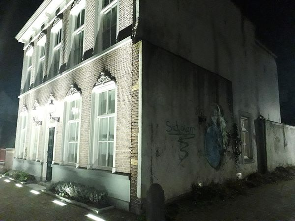 Two faces. Walk Night Lights Architecture Building Exterior Building Grafitti Elégance Paradox The Graphic City