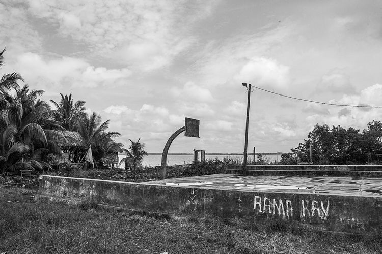 Cancha de basketball de Rama Kay Beauty In Nature Cloud Cloud - Sky Cloudy Day Empty Grass Information Sign Landscape Nature No People Outdoors Plant Pole Scenics Sky Tranquil Scene Tranquility