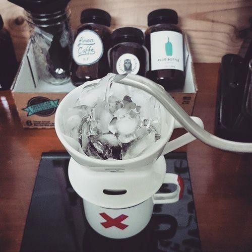 June 17 偷學步: 除了出借器具外,有好撇步也大方分享的 Polly 這次傳授快速沖出冰咖啡的玩法真深得人心。 這和之前用的疊疊樂法(drip coffee &冰塊在 Aero Press tube 裡)有相似之處,但Polly法更為精簡,只要一個器具就完成,一大早喝咖啡的需求就是簡潔快速且不用洗一堆東西。 這很重要啊,快筆記! 林祖媽咖啡房 咖啡 早晨咖啡 Wakeupandsmellthecoffee dailyroutines brewcoffee morningcoffee freshbrew daily brewing 7AMto8AM coffeebean icedcoffee