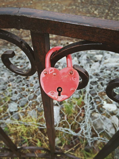 Love lock Heart Metal Love Lock Water Red Hanging Lock Love Padlock Rusty Protection Safe Locked Chainlink Keyhole