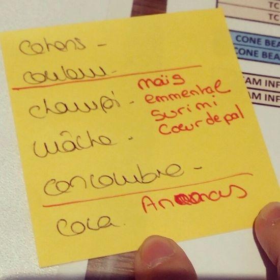 Ma collègue m'aide dans ma liste de courses pour ma salade ^^ Salade Collegue Cool