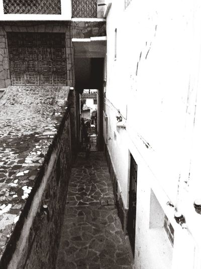 Architecture Alley Outdoors No People Town Blackandwhite Empedrado Exterior Stone Material Residential Structure Door Black And White