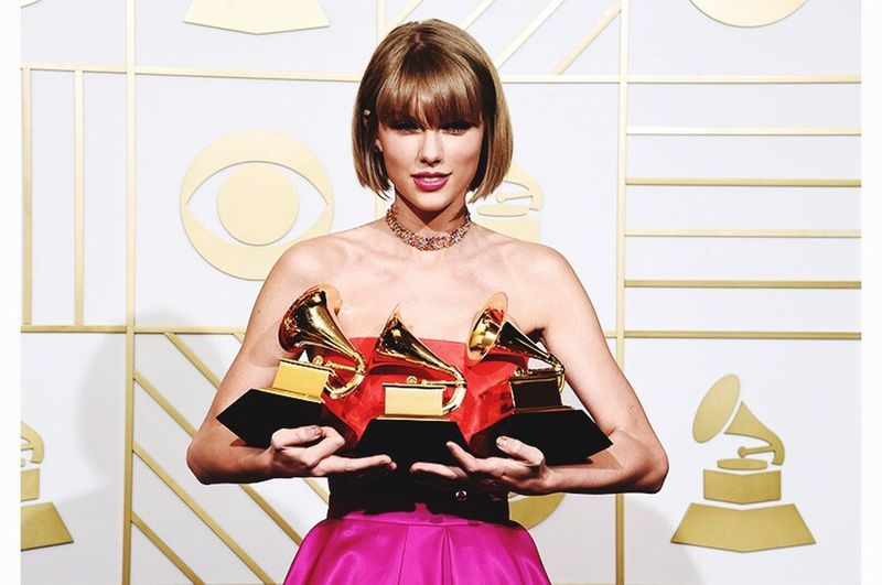 Taylor Swift Received a prize Grammy awards.✨✨Congratulations! You're queen👸ily;) Taylor Swift The58thGrammys 1989