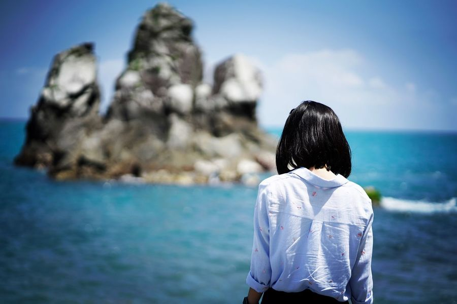 Real People Rear View Waist Up Leisure Activity Lifestyles Water One Person Sky Scenics Outdoors Sea Beauty In Nature Day Nature