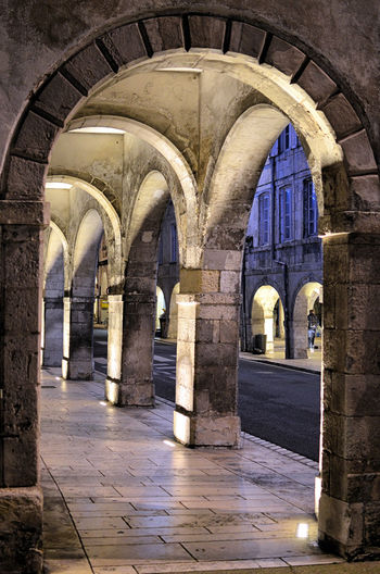 Les arcades sont des arches de pierres datant du Moyen–Âge qui font partie intégrante du patrimoine de La Rochelle, en France. Les rues à arcades permettaient au moyen âge, et encore aux commerçants aujourd'hui, de proposer des marchandises à l'abri des intempéries. Arch Architecture Architectural Column The Past Building History Built Structure Arcade Old No People Arched Arcades Patrimoine La Rochelle, France Moyen âge Stone Arches Middle Ages