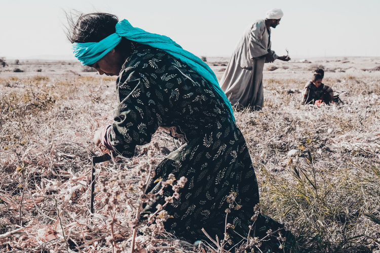 onion gathering at upper egypt The Photojournalist - 2018 EyeEm Awards The Traveler - 2018 EyeEm Awards Adult Casual Clothing Child Clothing Day Domestic Field Hairstyle Land Leisure Activity Lifestyles Mammal Nature Outdoors People Plant Real People Two People Vertebrate Warm Clothing Women