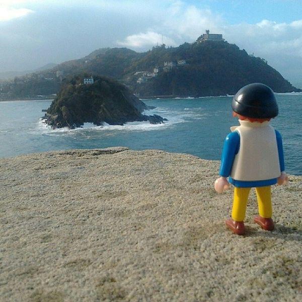 Dió para muchas fotos el viaje por Donosti  y Kliki , ese viajero personaje de Playmobil , a pesar de ser de plástico, se quedaba de piedra ante tanta Belleza .