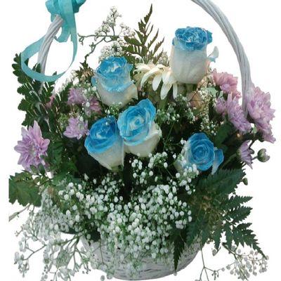 Cesta de rosas azules a tu disposicion en nuestra floristeria online. Www.graficflower.com Rosas Rosasazules Cestadeflores Regalooriginal Floresazules