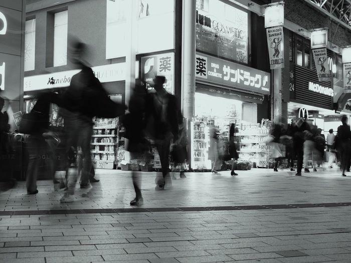 単焦点3本だとちょっと足らないな…🤔 Blurred Motion City Real People Motion City Life Walking Men Women Night People Night Lights Night View Olympus OM-D E-M5 Mk.II