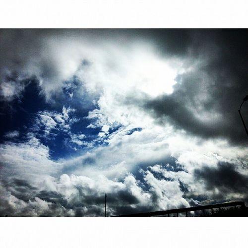 Ngày hôm nay bầu trời thật kỳ lạ. Thấp hẳn xuống. Nhìn lên như chạm được vào mây vậy. ベトナム の 建国際 Sky Cloud Blue Quockhanh Vietnam