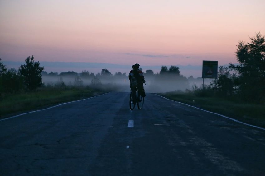 """в пути"" Дорога путник велосипед Велосипедист восход рассвет утро One Person Adult Silhouette People Road Sunset One Man Only Rear View Sport Only Men Adults Only Tree Landscape Transportation Adventure в Moscow Be. Ready. EyeEmRussianTeam"