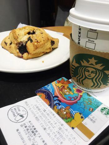 電車が止まっててホームに入れないので、しばし読書タイムに。 Coffee Break Coffee Cafe Time