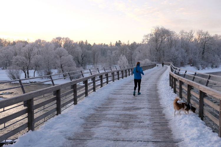 Nature Isar Winter Flaucher Joggen Draußen Schnee One Person Cold Temperature Outdoors Warm Clothing Morgen Sonnenaufgang Frost München,Germany Nature Vor Der Haustür Sport