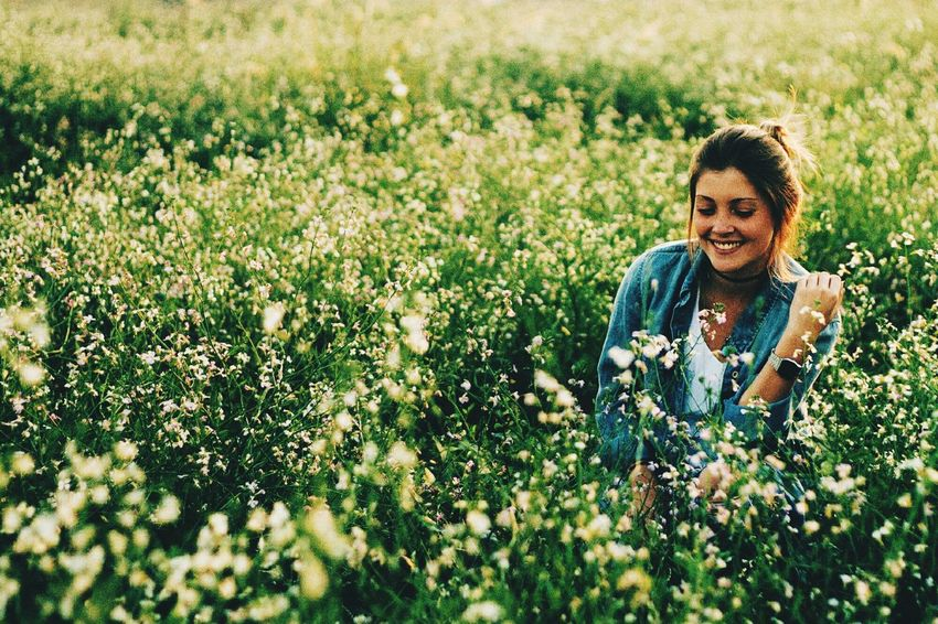 Flowers Smiling Wanderlust Girl Flowers The Great Outdoors - 2015 EyeEm Awards TwentySomething Youth Of Today Natural Light Portrait