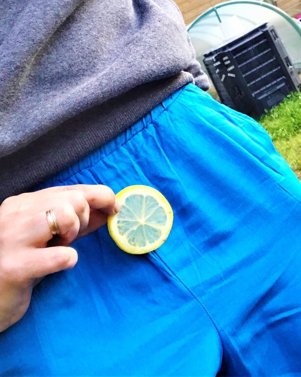 CLOSE-UP OF MAN HAND HOLDING LEMON