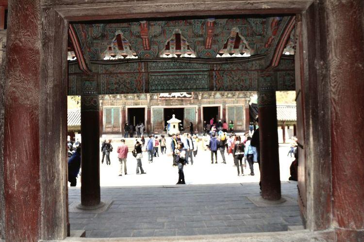 단에서 단을 오를 때 펼쳐질 모습이 어떨까 기대하게 만드는 한국의 건축. 액자 속에 풍경이 담겨진 느낌 처럼 건축의 기둥과 기와는 한국건축과 조경을 담는 또 하나의 액자틀이 된다. Korea architecture's pillar and tiled roof became a frame Bulguksa Korea Gyeongju