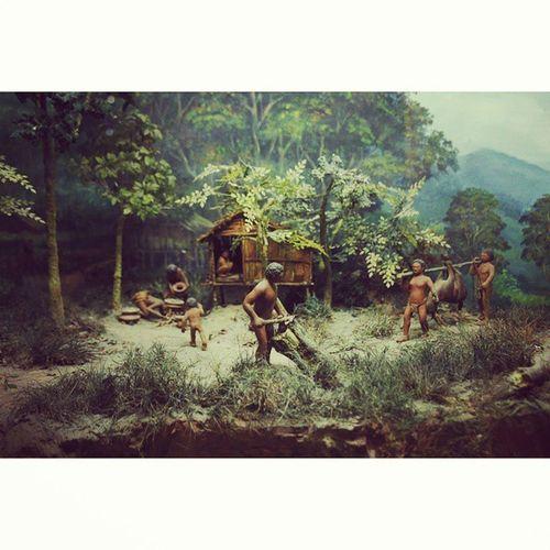 Cuba bagi ayat sikit apa dialog mereka? Zamanbatu Purbakala Muzium Shahalam Paleolitic Rock Primitive Jungle People Green