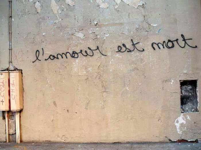 L' amour est mort. Love is dead. Berlin Germany Strong Words Painful Memories No People Western Script Spray Paint Close-up Short Phrase Handwriting  Text