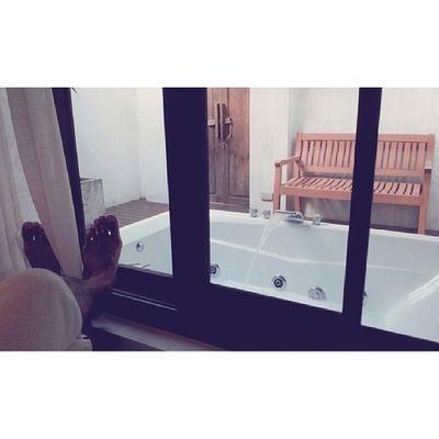 นอนรอแช่น้ำอุ่น ๆ ฟองเยอะ ๆ ฮ่ะ @octoiijane แช่น้ำทะเลมาทั้งวัน ตบท้ายด้วย bubblebathชิวจริงๆ แช่หน้าบ้าน