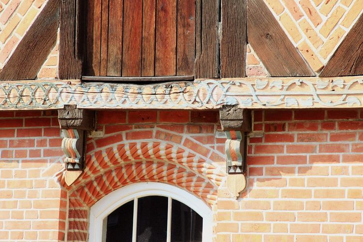 Carvings at the old ten barn in the former Salt quarter of the historic old town of Lüneburg Architecture Building Exterior Built Structure Brick Wall No People Outdoors Day Close-up Lüneburg-Fotos Lüneburg-Bilder Travel Destinations Hansestadt Sehenswürdigkeit Gebäude Haus Scheune Zehntscheune Historisches Gebäude Architecture Architektur Lüneburg Wasserviertel Lüneburger Altstadt Luneburg Historic Old Town Travel Destination