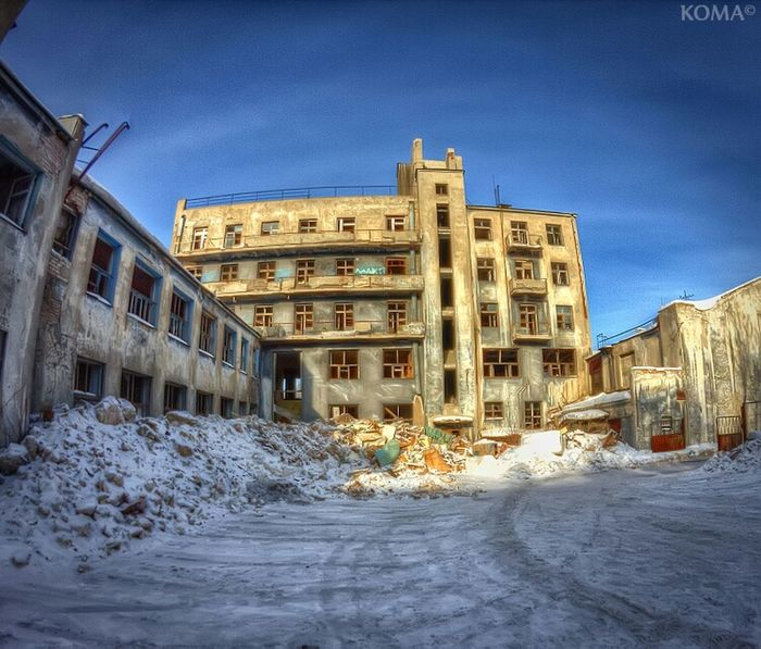 "This abandoned historic building is rises in the centre of my city. It's ""House of Culture GUVD"" (that is mean ""House of Culture of Police""). In the 30 years the building was called ""House Chekist"". Built in the style of constructivism by architect Tyupik Architecture Abandoned HDR Beauty Of Decay Urbex Partnersingrime Grime Royal Snapping Artists"