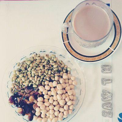 A cup of milo , fried egg coated peanuts , fried kidney bean and fried soya bean. မိုင္လို တစ္ခြက္ ပဲၾကက္ဥ ပဲေရပြေၾကာ္ နွင့္ ပဲပုပ္ေၾကာ္ A Cup Of Milo Fried Egg Peanut Kidney_bean Soya_bean Myanmarfood Myanmarcuisine Myanmarsnack Myanmar Mandalay Burmesefood Burmesecuisine Burma Igersmyanmar Igersmandalay Burmeseigers Vscocam Vscomyanmar