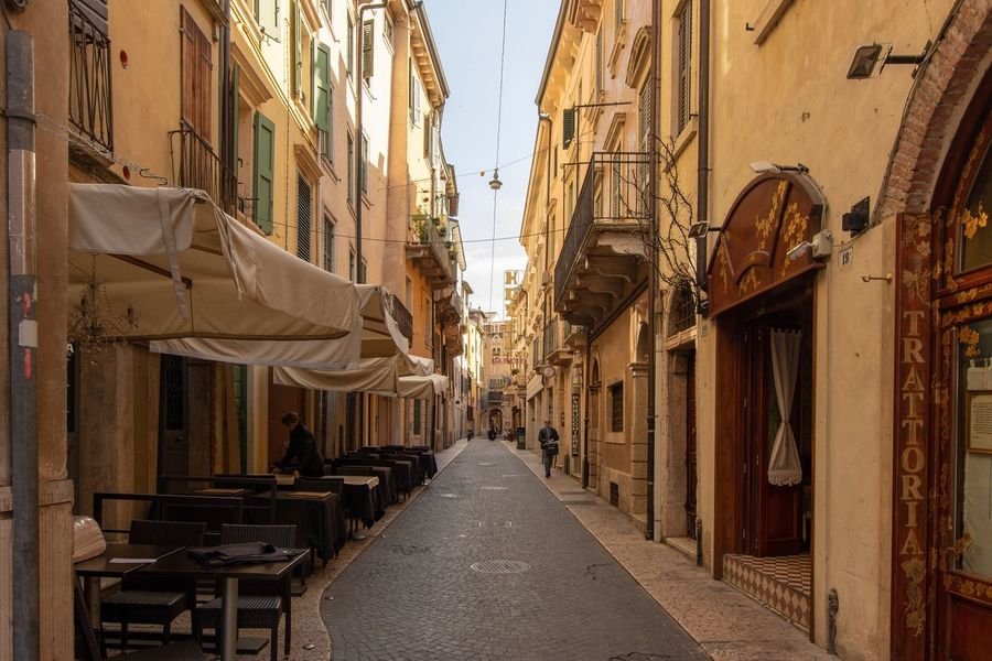 Gasse in Verona (Italien) Building Exterior Architecture The Way Forward Built Structure Direction City Building Street Outdoors vanishing point Residential District Sky Day