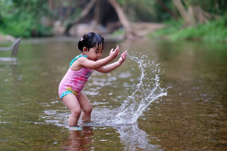 childen playing in river Battle Water Playing Cute Advanture EyeEm Best Shots Traveling Traveller Freedom Forest EyeEm Nature Lover EyeEm Selects Children Child River