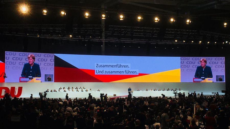 Abschiedsrede Angela Merkel auf dem Bundesparteitag der CDU. Chancellor Angela Merkel Politics And Government Cdu Bundesparteitag Flag Crowd People