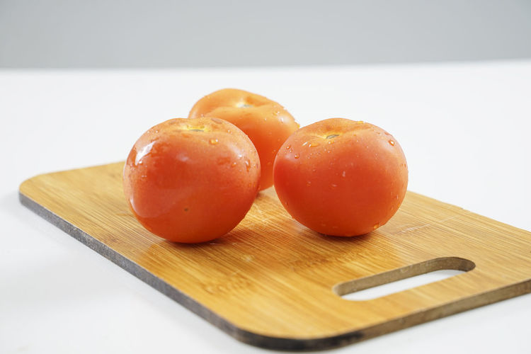 Close-up of oranges on cutting board