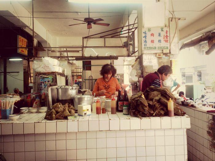 老闆:加ㄍㄡ來唷。我:賀。 Tainan 碗粿 肉粽 Delicious