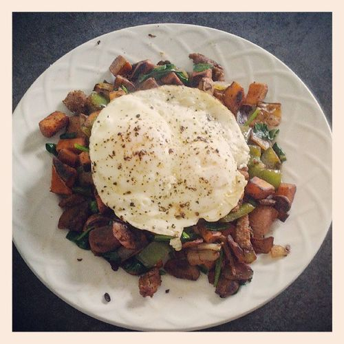 Sweet potatoes, turkey sausage, green peppers, mushrooms, onions, spinach, eggs and a sprinkling of paprika. Squaremeal Betterthanitlooks