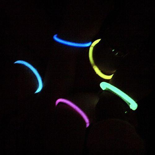 Quand il fait tout noir et qu'on ne voit plus que nos poignets SelfieDesBras Neon Party Birthday