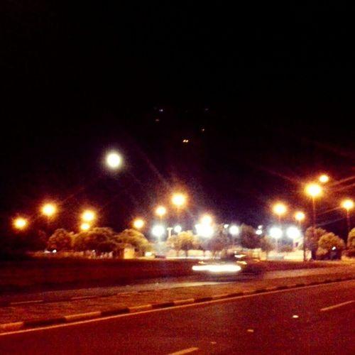 Lua cheia no céu de Boa Vista sobre a pracinha do bairro (atrás é um edifício residêncial) Lua  Céu Noite Bairroparaviana Boavista Roraima Norte Brasil Qualseuceu Vermelho