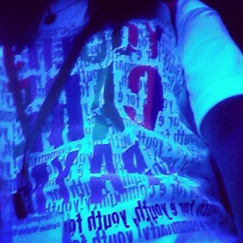 White shirt turned blue!! It glowss <: Riversafari Souvenirshop Whitetoblue Sosocool