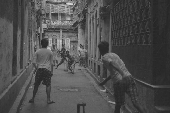 [The femous kolkata street cricket]. ©Tuhin das. Street Cricketer Cricket Match Kolkatainstagrammers Kolkatadiaries KolkataStreets Kolkatatraveller Kolkata Diaries Kolkatapictures Kolkata Street Kolkata. Kolkatacity Kolkata_igers Kolkatagram Streetphotography