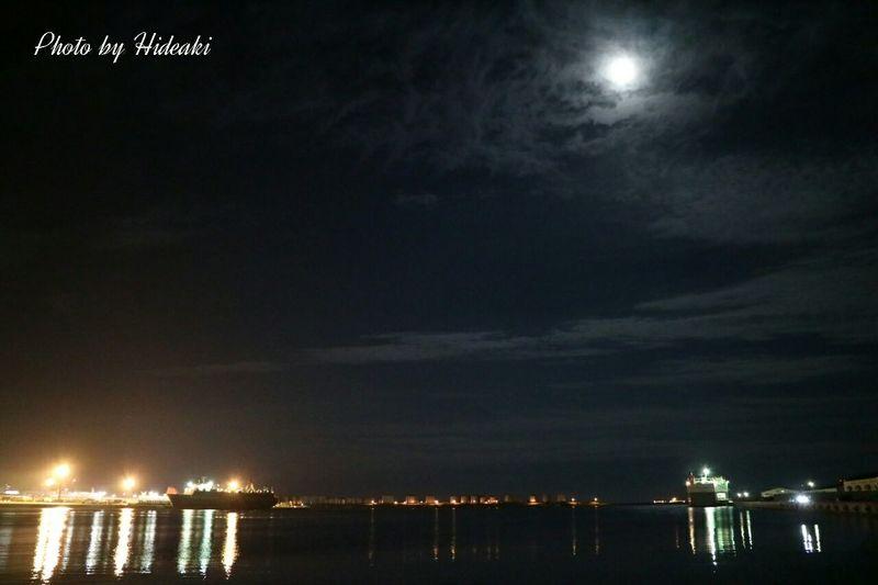 夜の港 Moon 月 立待月 海 船 月明かり Clouds And Sky Mirror Reflection 水面 空 写り込み