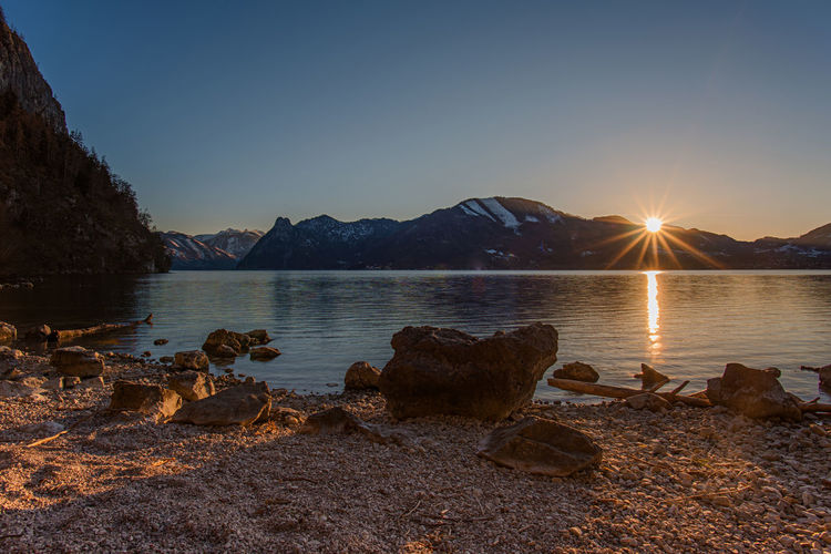 Sonnenuntergang Abendstimmung Sonnenstrahlen Berge Österreichs Berge Alpenpanorama Salzkammergut, Austria Water Sky Beauty In Nature Rock Tranquility Scenics - Nature Sunset Rock - Object Solid Tranquil Scene Nature Mountain Sunlight Lake Sun No People Clear Sky Non-urban Scene Reflection Lens Flare Outdoors