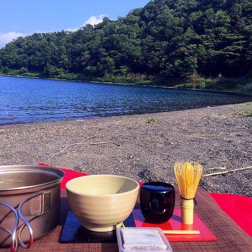 2018.08.05 #富士山 #本栖湖 #野点 #野立て  これは、Instagram にupした写真を くるりとひっくり返した形です。お菓子(きんつば )は必要なかったかも。 野点 本栖湖 富士山 Plant Water Nature Table Sunlight No People Day