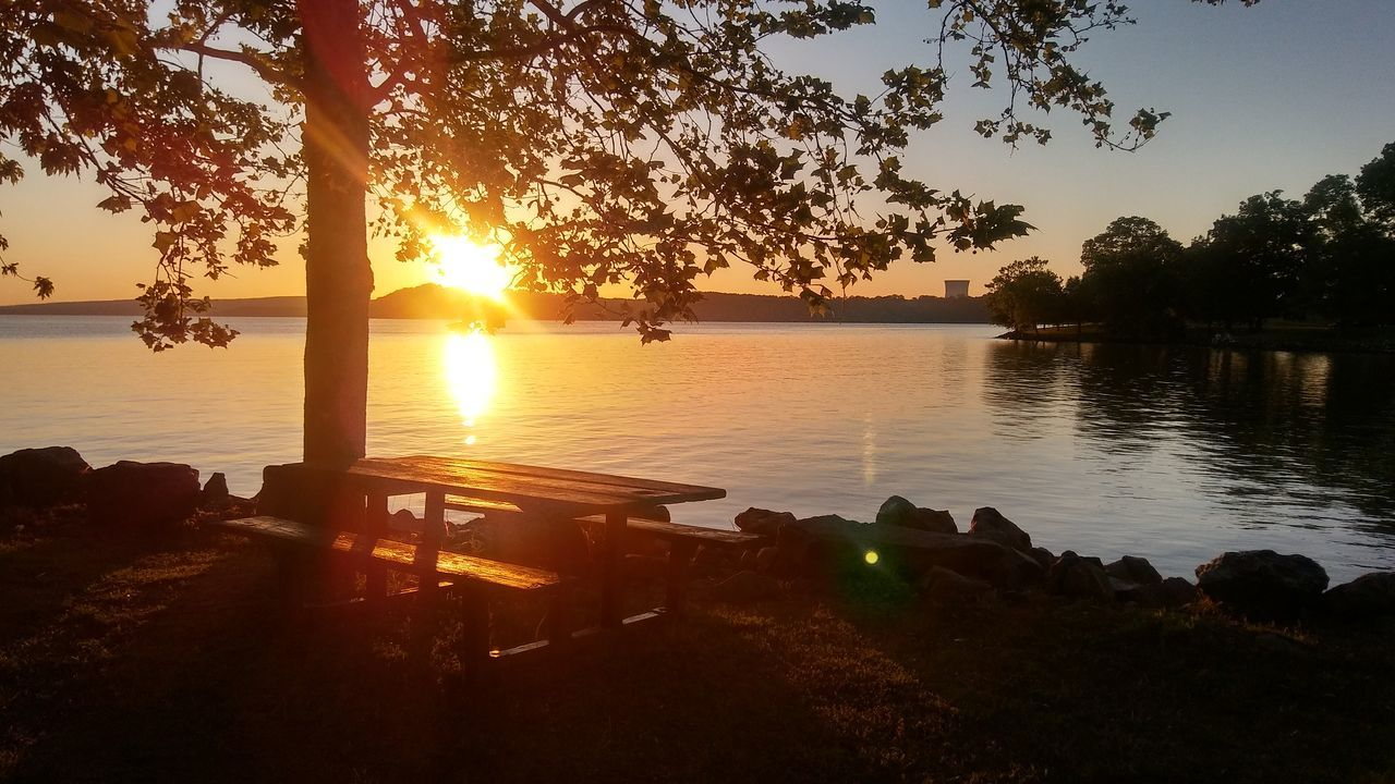sunset, tree, silhouette, sun, water, scenics, nature, tranquil scene, tranquility, beauty in nature, sunlight, sunbeam, sky, lake, no people, outdoors, day