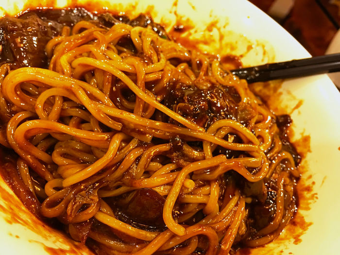 チャジャンミョン チャンジャンミョン 짜장면 ジャージャー麺 炸醤麺 は、日本や中国のレシピと違って非常にあっさりしている。材料も、豚肉にタマネギ、ズッキーニのような韓国野菜、ジャガイモの細切れ、キャベツの葉のみじん切りを、ニンニクと生姜のみじん切りで炒めてタレと絡める。 タレは、ごま油、みりんかお酒と砂糖、はちみつ 、だし、水、チャジャン(韓国の黒豆みそ)、片栗粉でとろみをつけている。 Food Porn Foodporn Korean Food EyeEm Korea Koreatown 韓国 Korea ところで、韓国の麺は何を食べても美味しいね。日本よりもジャンルが多いかも。