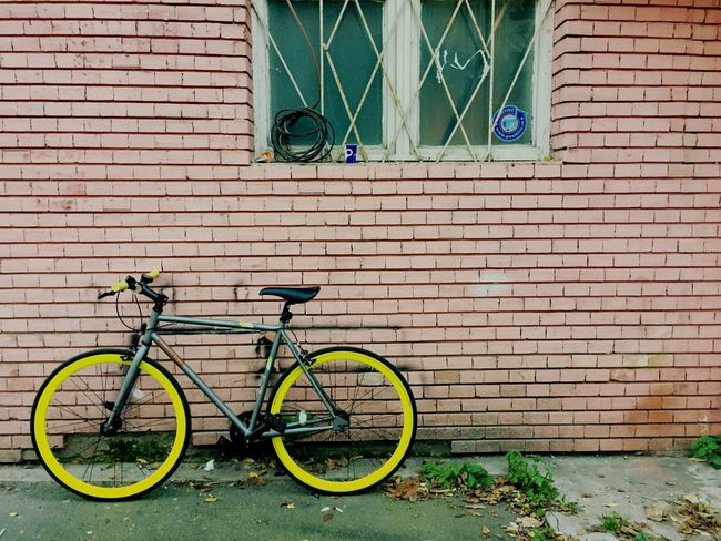 Bicycle Transportation Mode Of Transport Architecture Brick Wall No People Bike Fixie/fixed Gear Fixed Gear Fixed Bike Outdoors Building Exterior Day Yellow Lieblingsteil Paint The Town Yellow AI Now The Graphic City Stories From The City Adventures In The City Focus On The Story