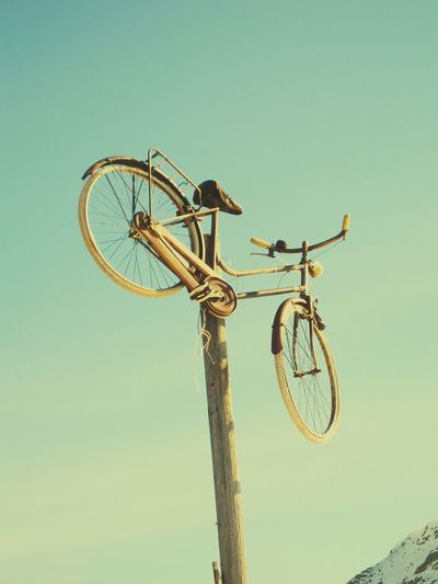 Meran 2000 Bicycle Fahrrad In The Air Holz Holzpfahl Reifen Old Blue Sky Sky
