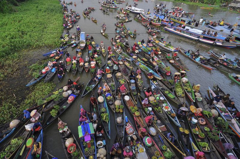 Floating market, floating market festival in banjarmasin lok baintan