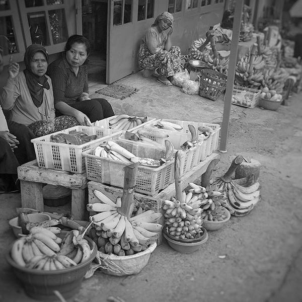 Waiting for buyers. POTD Saturday Weekend Pasuruan fruits fruitmarket eastjava jawatimur indonesia bw_indonesia blackandwhite blackandwhitephotography colorless world_bnw bw_awards insta_bw bnw_planet ae_bnw bnw bnw_society bwstyles_gf bnw_diamond bnw_life rsa_bnw blacknwhite_perfection