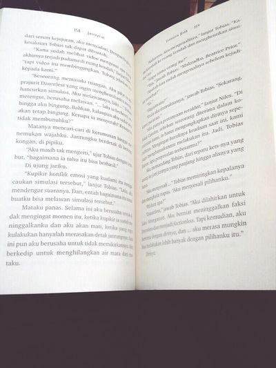 """Saat inipun aku berusaha untuk tdk memikirkannya.""-Insurgent Reading Novel Veronicaroth"