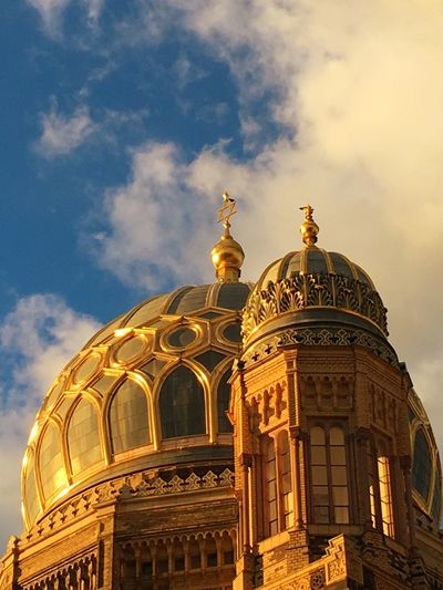 Berlin Berliner Ansichten Berlin Mitte Berlin Photography Synagogue Neuesynagoge Newsynagogue Building Architecture Architecturelovers Architecturephotography Gold Golden Hour Sky Goldensky Sunset Goldensunset Sky And Clouds Battle Of The Cities