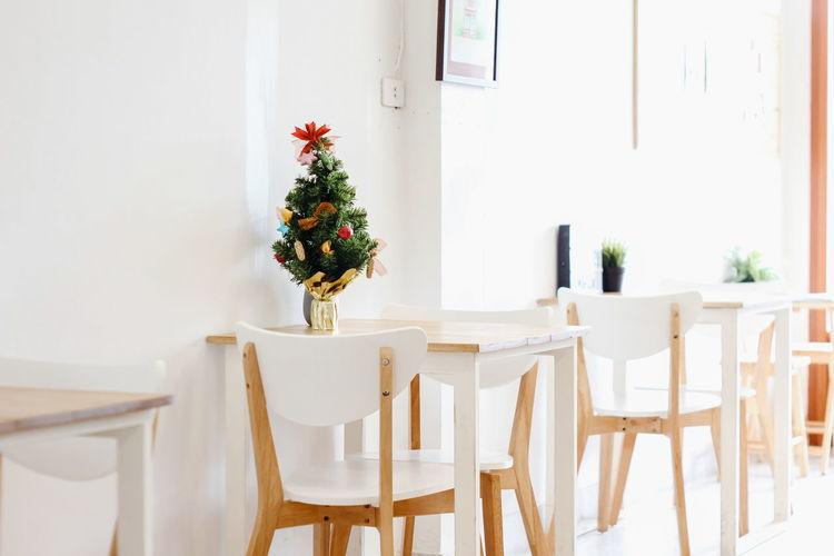 Cafe Coffee Shop Home Showcase Interior Flower Christmas Decoration Whitewashed Furniture Luxury Dining Room Home Interior Chair Christmas